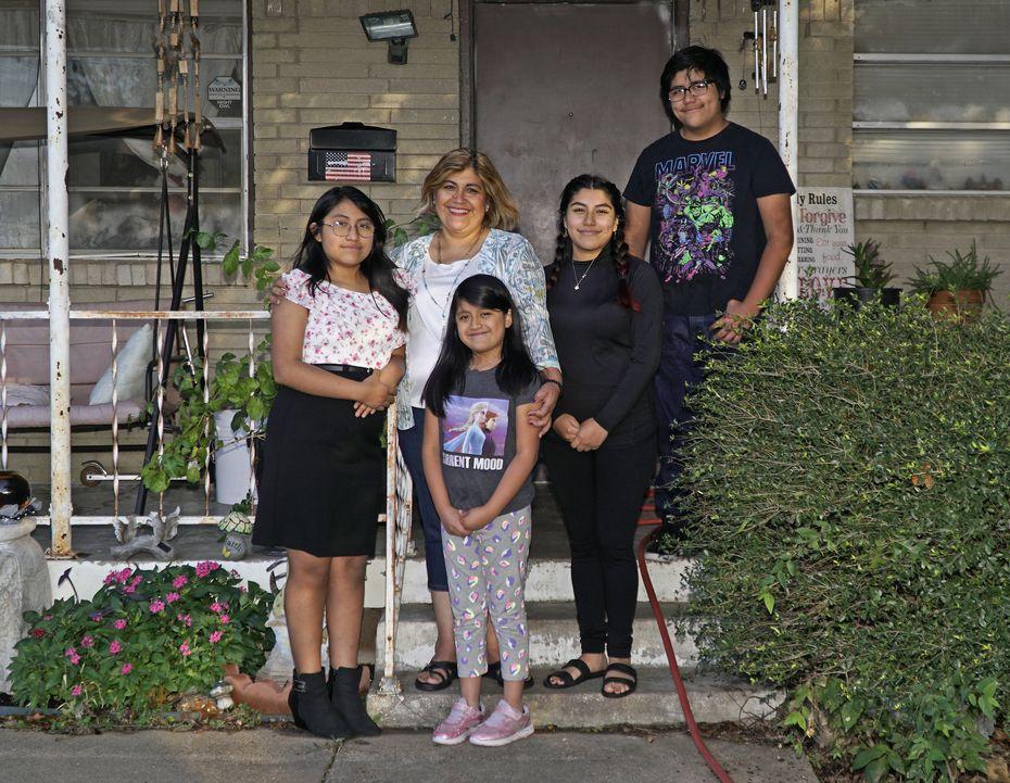 Margarita Aguirre (al centro) ha vivido meses muy difíciles para sostener a su familia durante la pandemia de covid-19. En la imagen está con sus hijos (de izquierda a derecha) Adamaris López (11), Leila López (7), Yadira Lagunas (18) y Angel Lagunas (14).