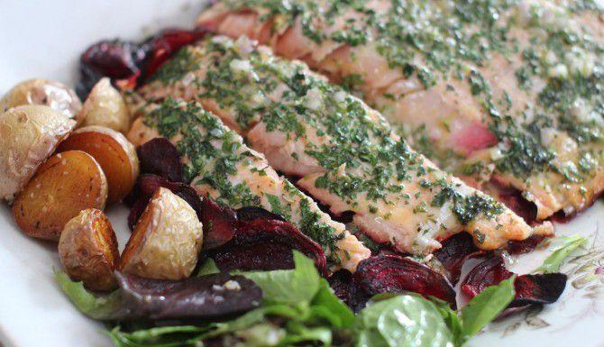 Delicioso salmón con betabel enriquecido con una vinagreta de hierbas. (AP/MATTHEW MEAD)