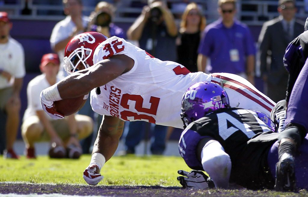 Oklahoma Sooners running back Samaje Perine (32) reaches across the goal line for a first quarter touchdown against the TCU Horned Frogs at Amon G. Carter Stadium in Fort Worth, Saturday, October 4, 2014. (Tom Fox/The Dallas Morning News) 10052014xSPORTS2