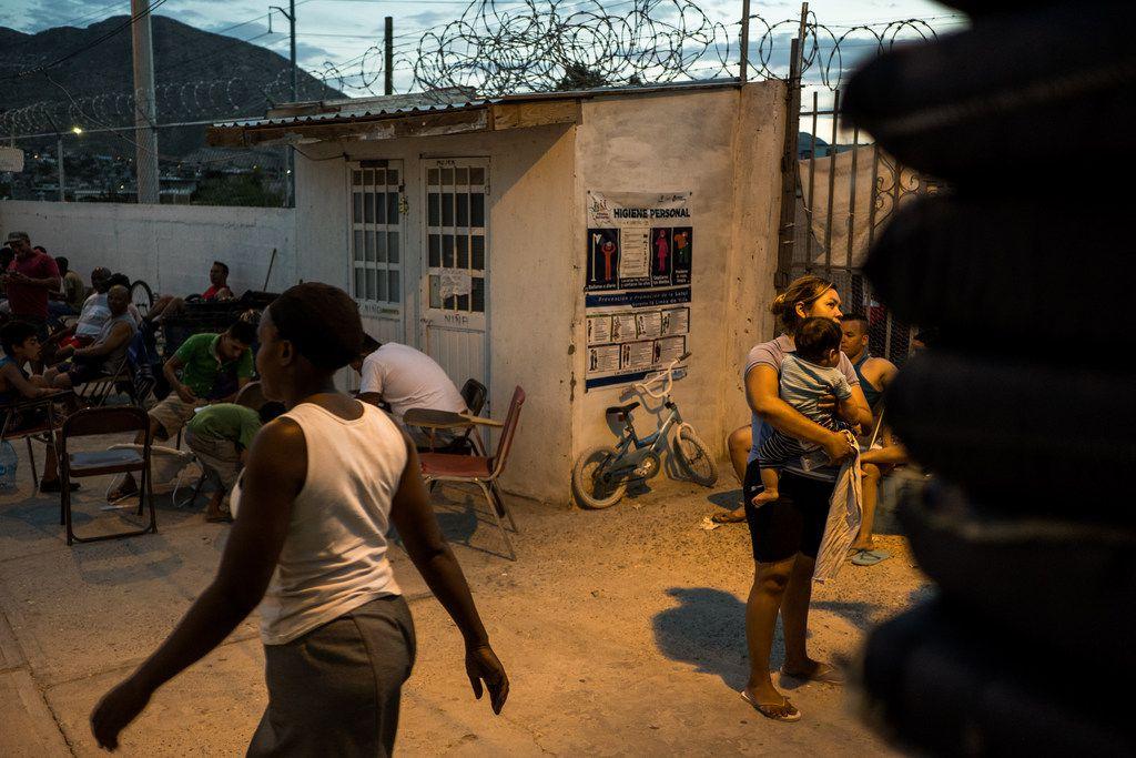 Jennifer Jiménez, de 29 años, junto a su hijo Jacob, de 8 meses, en el refugio El Buen Pastor, en Ciudad Juárez. Jiménez huyó de la violencia en El Salvador y está a la espera de su pedido de asilo en Estados Unidos.