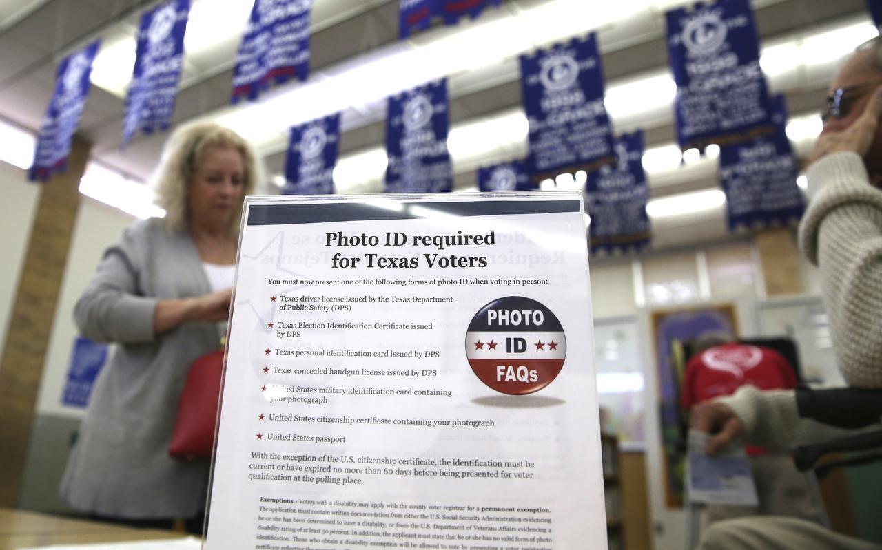 En esta foto del 2016, un cartelón le dice a los electores los requisitos para votar en la escuela primaria Sherrod, en Arlington. (AP/LM OTERO)