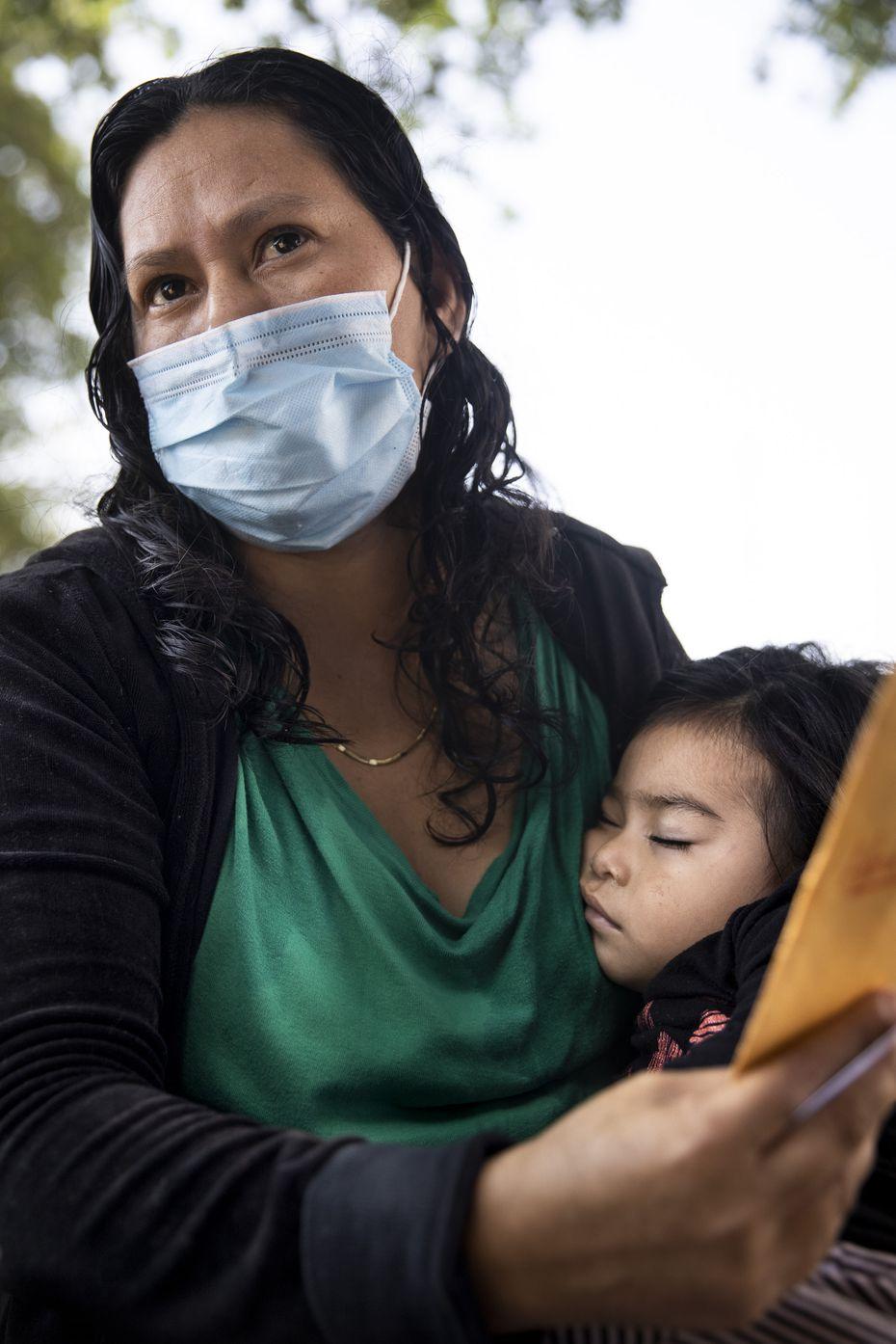 María Noelia Ramos de 25 años y su hija Angie de 20 meses, esperan en un centro para migrantes de Catholic Charities en McAllen, Texas. Debido a que su hija es menor de 6 años, se les permitió entrar a Estados Unidos donde espera reunirse con su esposo que trabaja en Kailua-Kona, Hawaii.