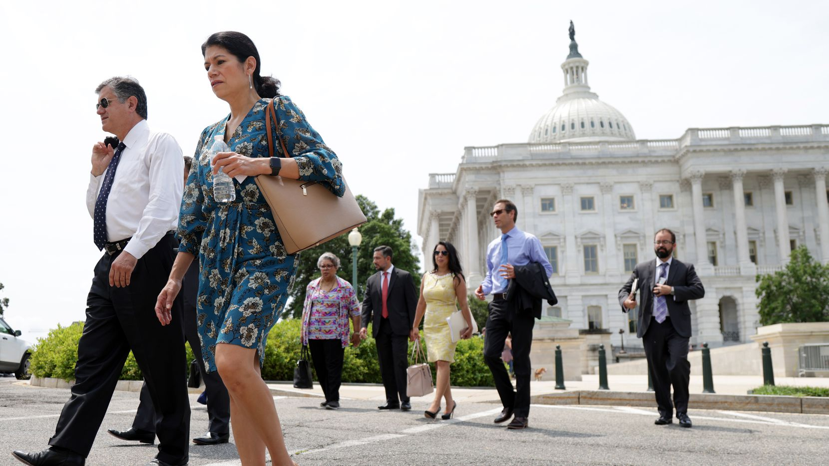 Legisladores demócratas de Texas salen del edificio del capitolio luego de una reunión el 15 de julio con el senador Joe Manchin de West Virginia, en Washington, D.C.
