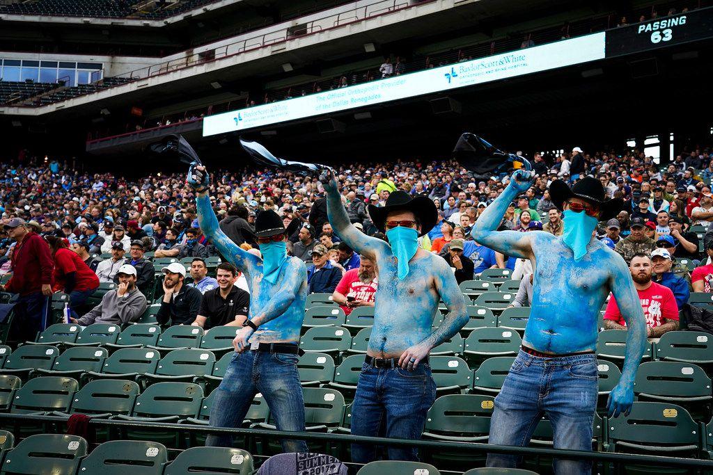 Los seguidores de los Dallas Renegades esperan de regreso a su equipo en el Globe Life Park de Arlington después de un a gira de dos partidos fuera de casa.