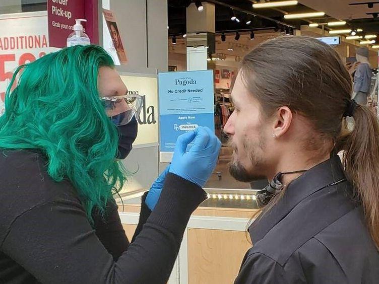 Mishawn Zengota, de Piercing Pagoda, se prepara para perforar una nariz. Esta empresa es una de las que está contratando personal en el área de Dallas.