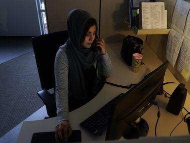 Tahira Ali Abidi consejera de The Family Place en Dallas, contesta llamadas en la línea de información de la organización que ayuda a víctimas de la violencia doméstica.