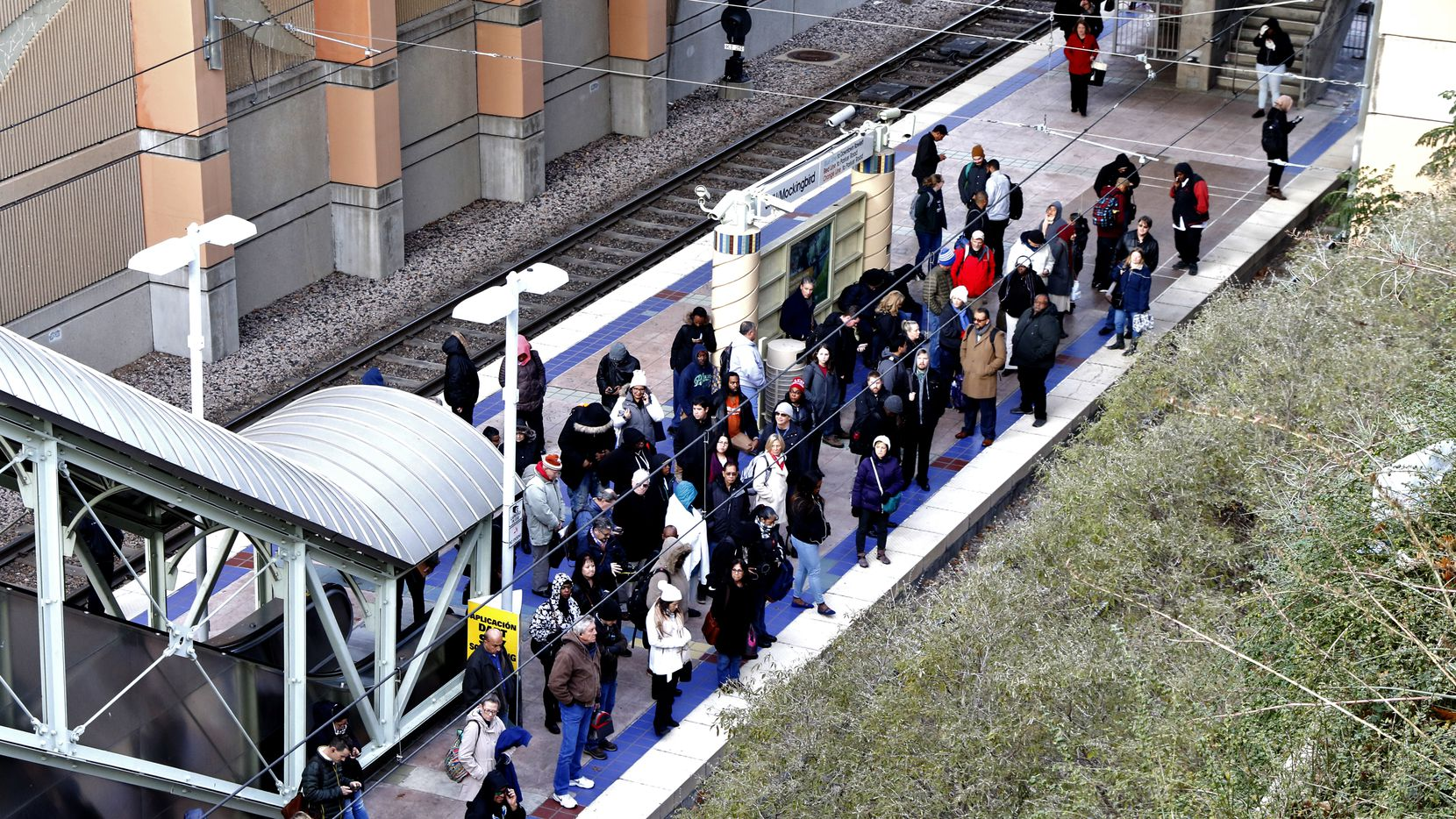 Decenas de pasajeros del DART experimentaron retrasos debido a los problemas en el DART. Muchos tuvieron que abordar autobuses.