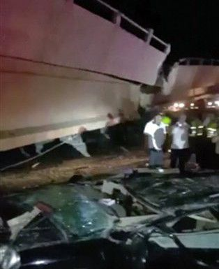 Un automovil aplastado tras la caída de un puente en Guayaquil, luego de un terremoto de 7.4 en Ecuador. AP