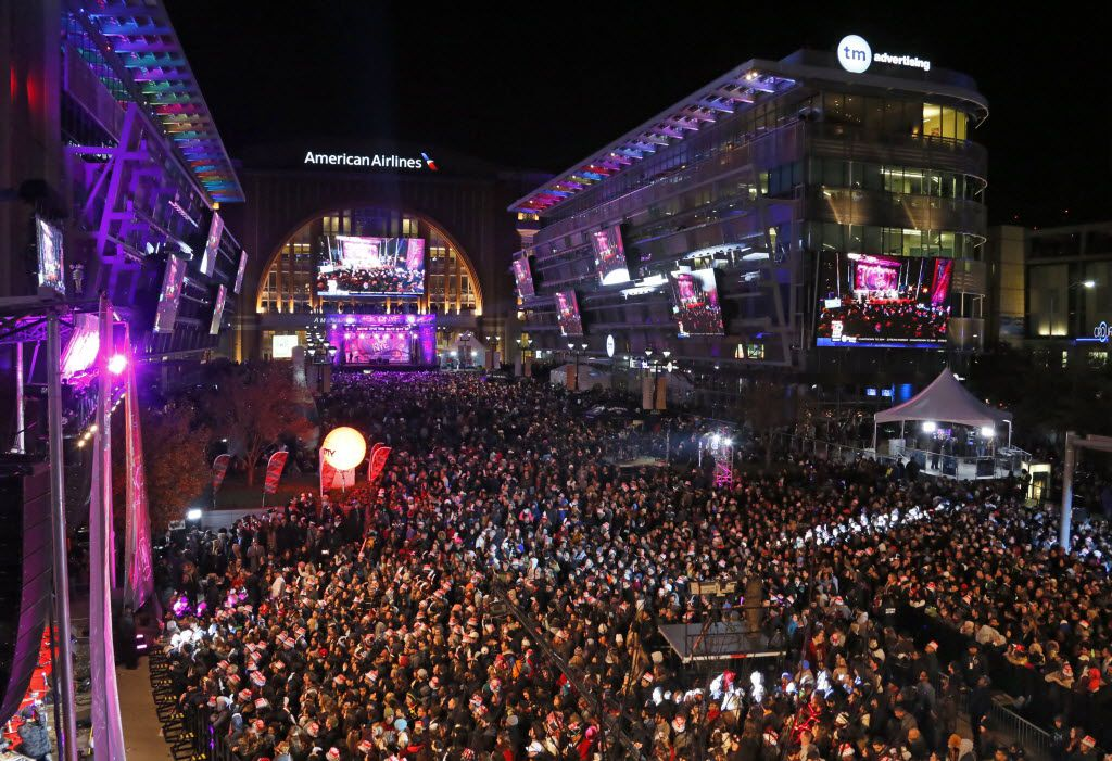 The crowd gathered for the New Year's countdown at Big D NYE on Dec. 31, 2013.
