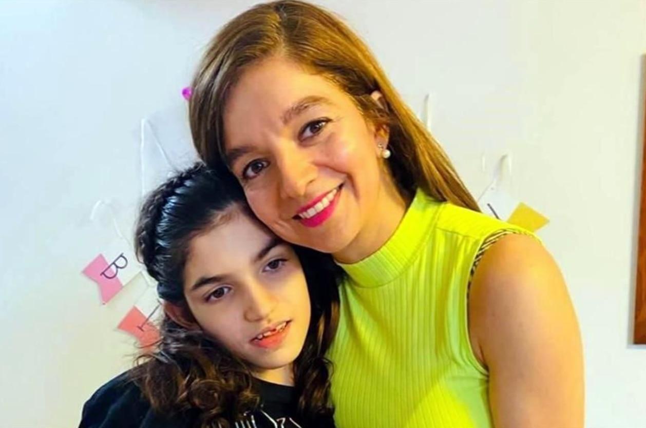 Graciela Elizalde Benavides junto a su madre Mayela Benavides. La pequeña usa cannabis medicinal para controlar sus casi 400 crisis de epilepsia por día.