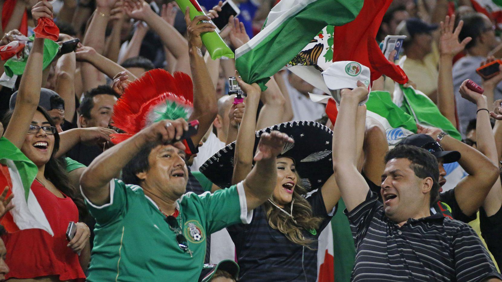 La presencia de la selección mexicana siempre genera un ambiente festivo en las gradas del AT&T Stadium de Arlington.