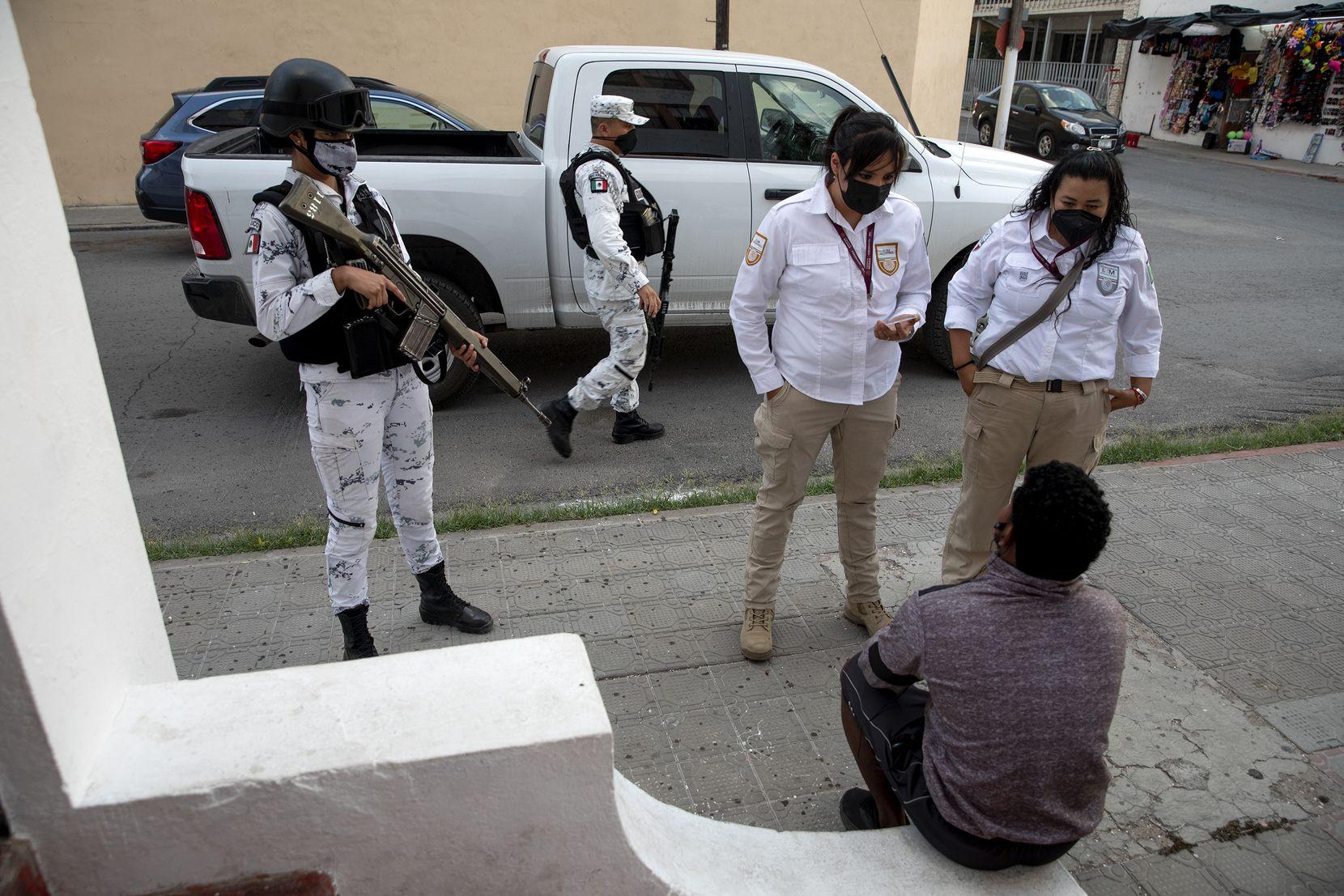 Funcionarios mexicanos de inmigración y la Guardia Nacional Mexicana conversan con migrantes en el Hotel Santa Rosa en Piedras Negras, México, el miércoles 28 de abril de 2021 (Jessica Phelps / San Antonio Express-News).