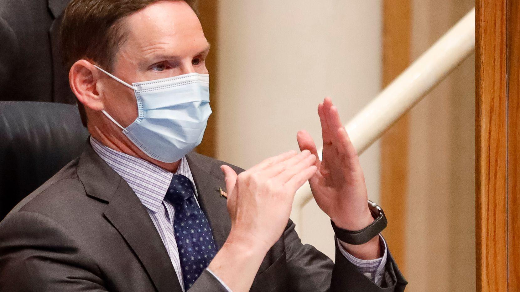 El juez Clay Jenkins, máxima autoridad del condado de Dallas, emitió una orden de emergencia para que el uso de mascarillas sea obligatorio nuevamente a partir del último minuto de este 11 de agosto y así evitar una mayor propagación de covid-19.