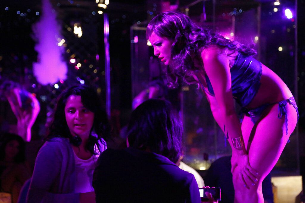 """En esta imagen proporcionada por EnAguas Cine, la directora Astrid Rondero, izquierda, y la actriz Florencia Ríos en el plató de la película """"Los días más oscuros de nosotras."""" (EnAguas Cine vía AP)"""