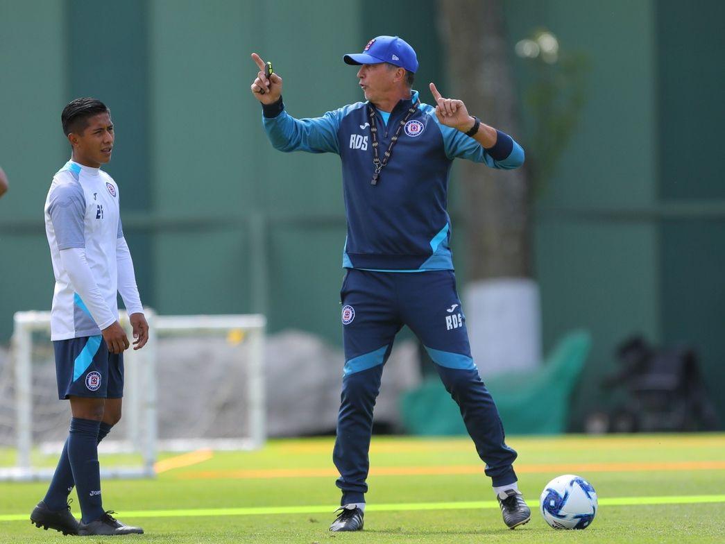 El entrenador Robert Dante Siboldi (der) dirige una reciente práctica del Cruz Azul.