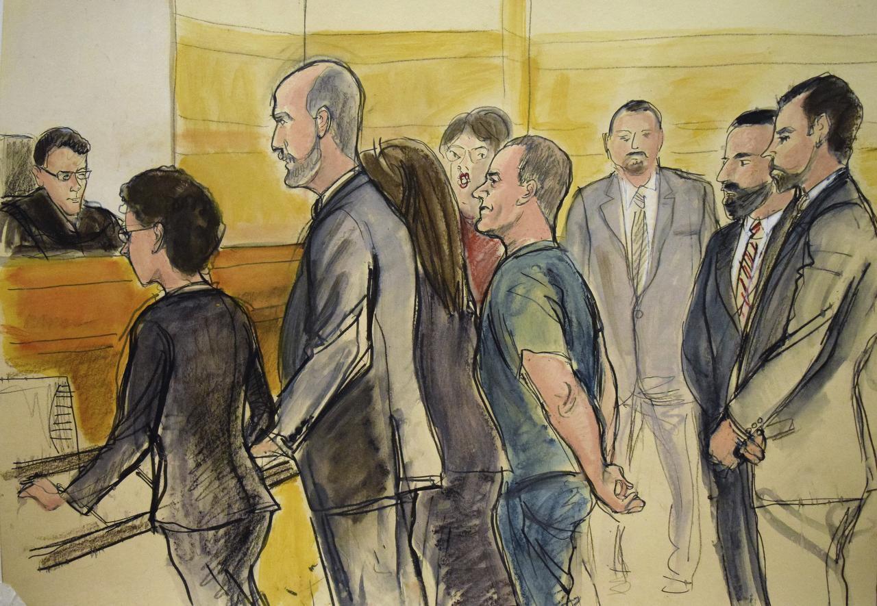 """En este dibujo de tribunal, Joaquín """"El Chapo"""" Guzmán, centro, comparece en una sala de tribunal el viernes, 20 de enero del 2017.In (AP/ELIZABETH WILLIAMS)"""