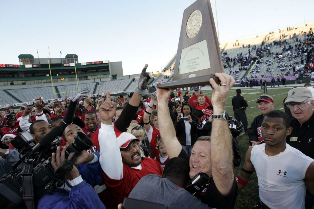 DECEMBER 18, 2004 -- Waco, Texas: Kilgore's head coach Mike Vallery holds up the 2004 4A State Championship trophy after defeating Lincoln during double overtime.