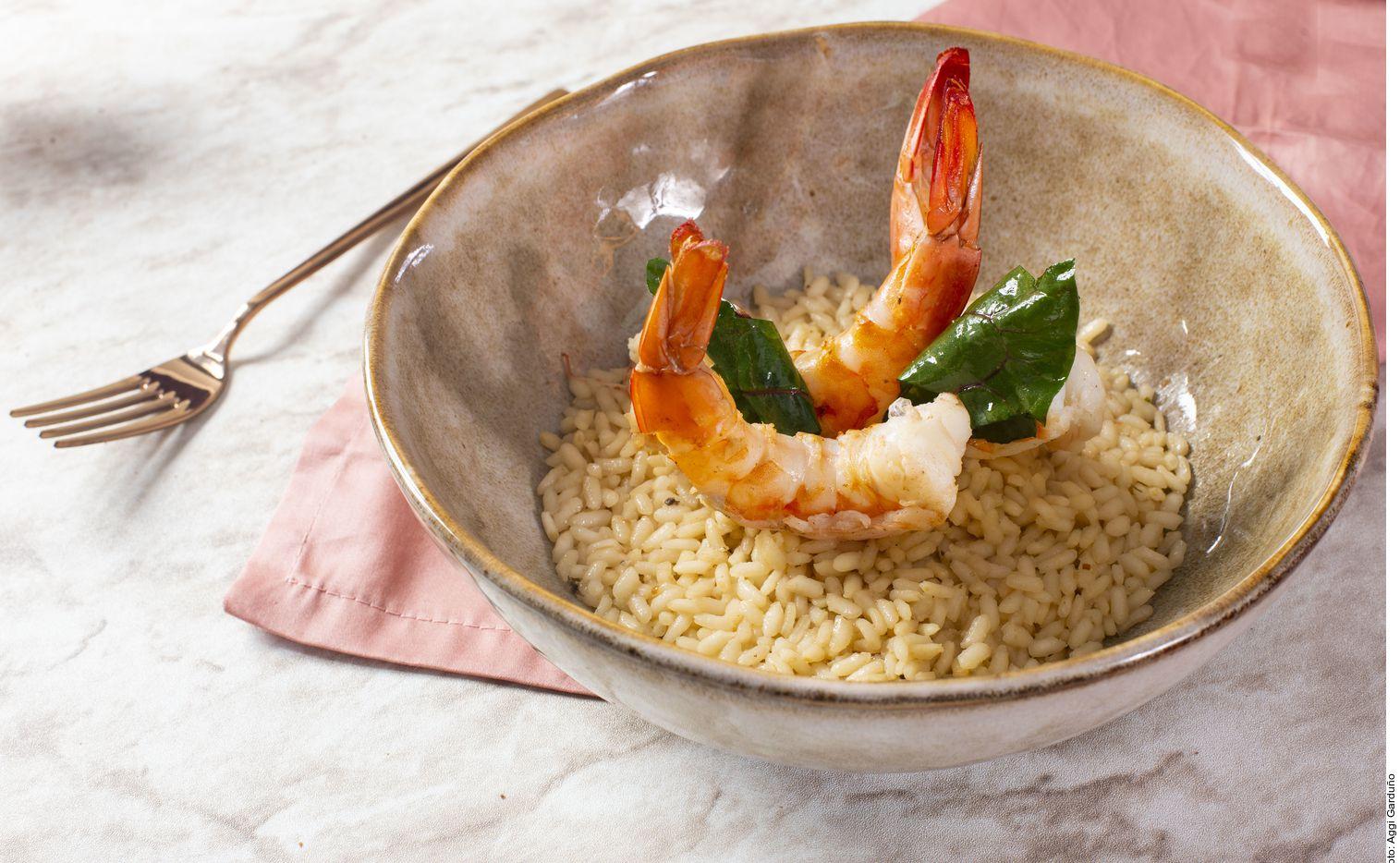 El risotto de camarón, acelgas y pulque se puede lograr al calentar el aceite. Acitronar la cebolla por 3 minutos. Agregar el ajo y el jengibre; dorar. Incorporar el arroz y sazonar. Mezclar todos los ingredientes y dorar un poco.