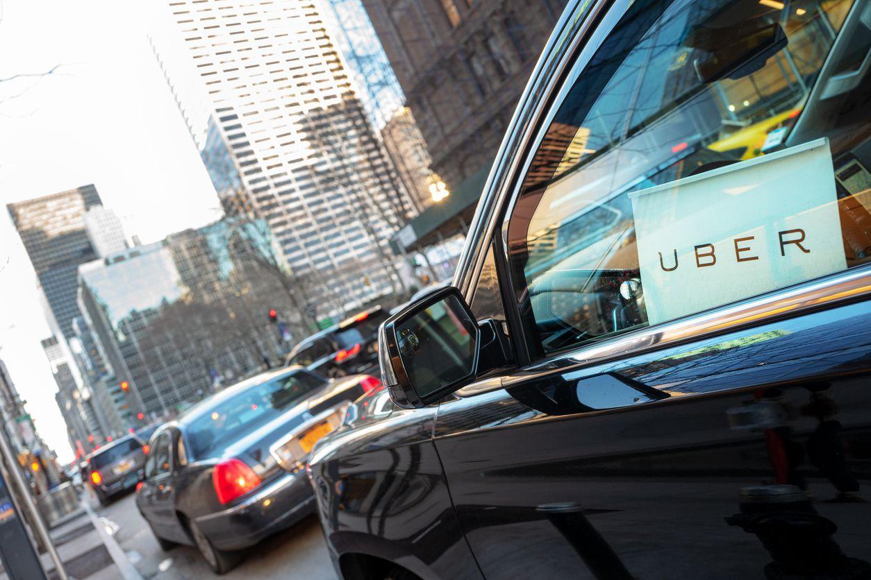 Un vehículo de Uber circula por una avenida en Nueva York.