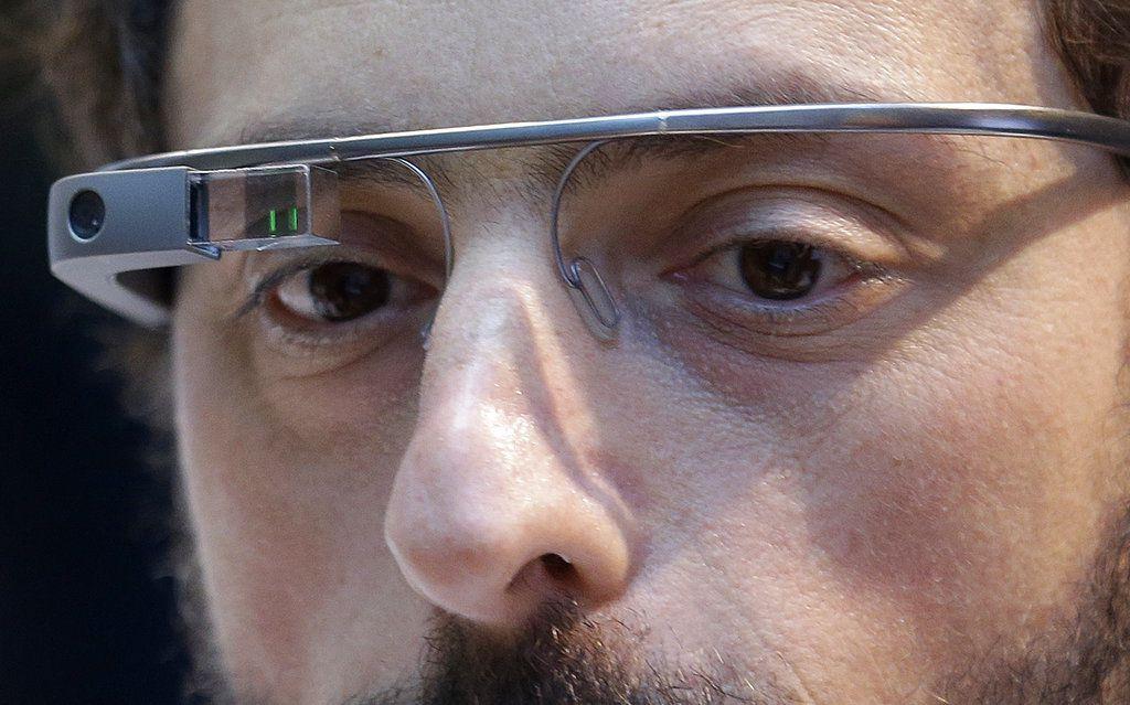 El cofundador de Google Sergey Brin luce un  dispositivo de visualización de Google el 20 de febrero del 2013 en San Francisco. Brin, quien es ruso, es un ejemplo de inmigrante que llegó a Estados Unidos y abrió un negocio que ayudó a activar la economía. (AP Photo/Jeff Chiu, File)