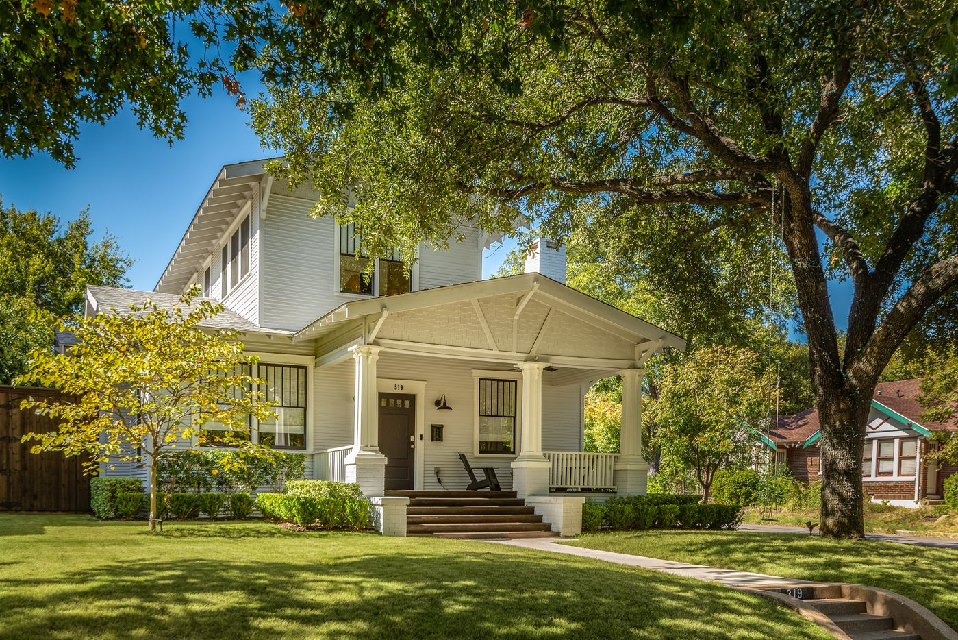 A look at the property at 319 North Edgefield Avenue in Dallas, Texas.