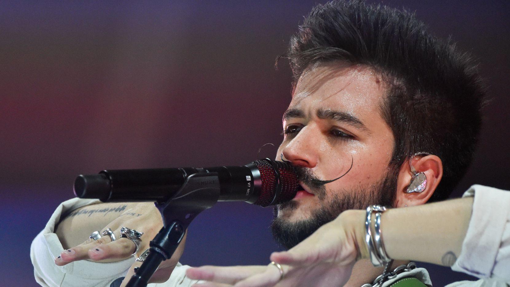 Camilo canta en su show en el estadio Enrique Roca de Murcia, España, el 7 de julio de 2021.