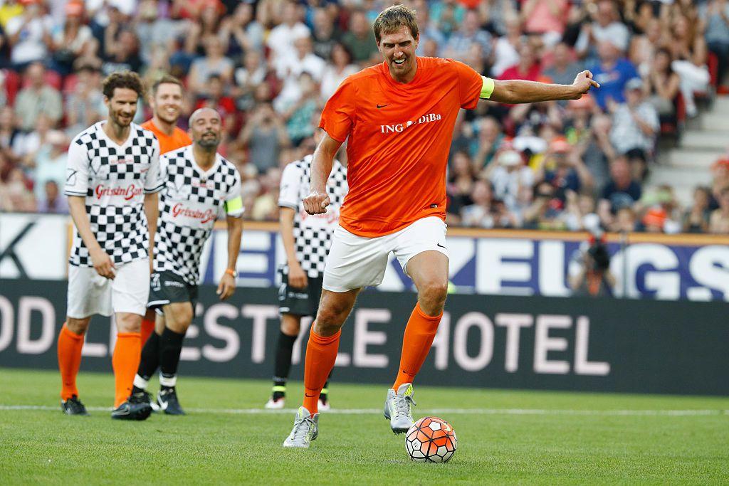 Dirk Nowitzki encabezó el conjunto Nowitzki's All Stars vs. Nazionale Piloti en un partido en honor a Michael Schumacher en el Opel Arena, el miércoles en Mainz, Alemania. Foto GETTY IMAGES.