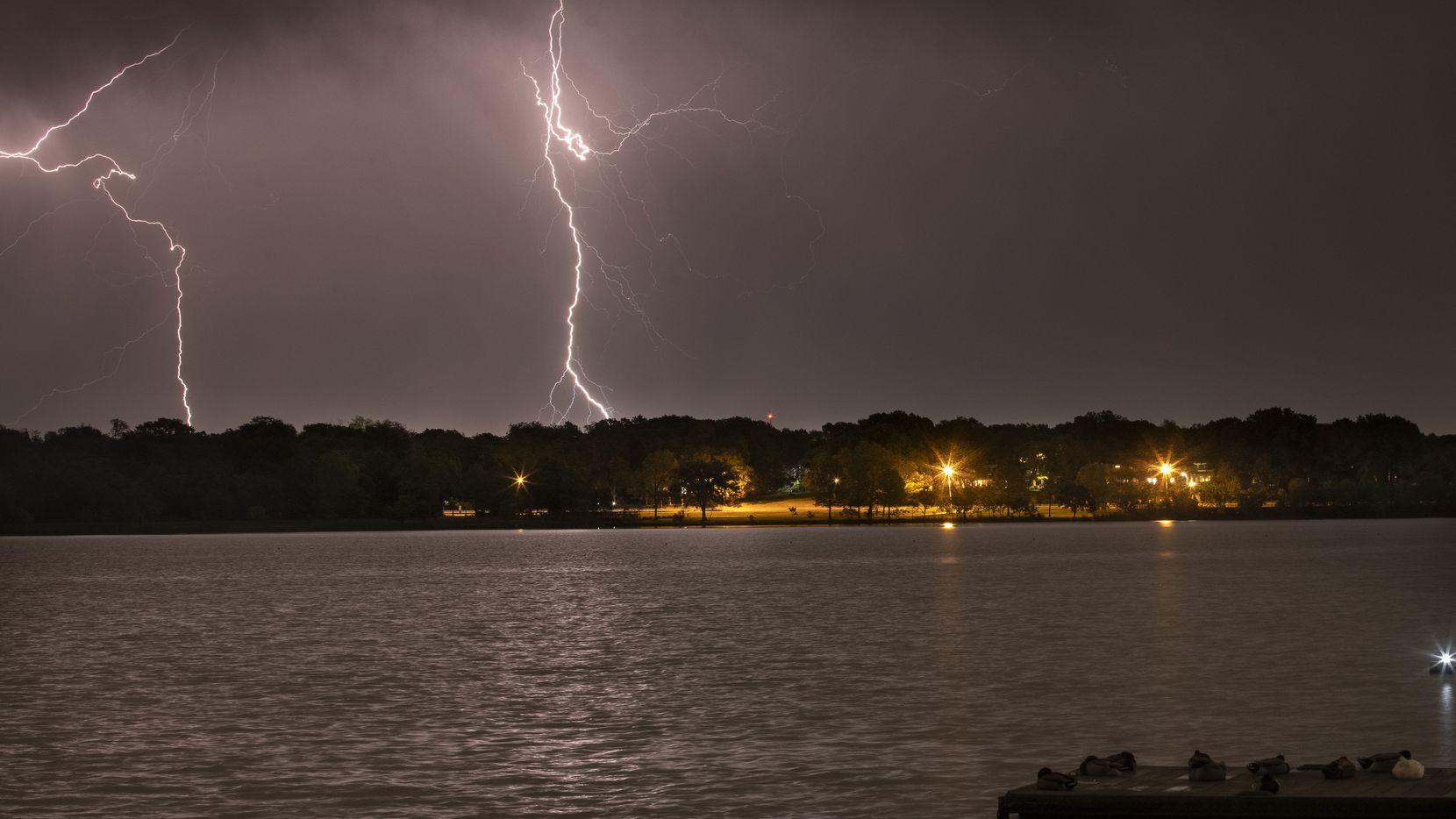 Los rayos y truenos llegaron en la noche del lunes al Norte de Texas. Esta imagen fue captada en White Rock Lake.