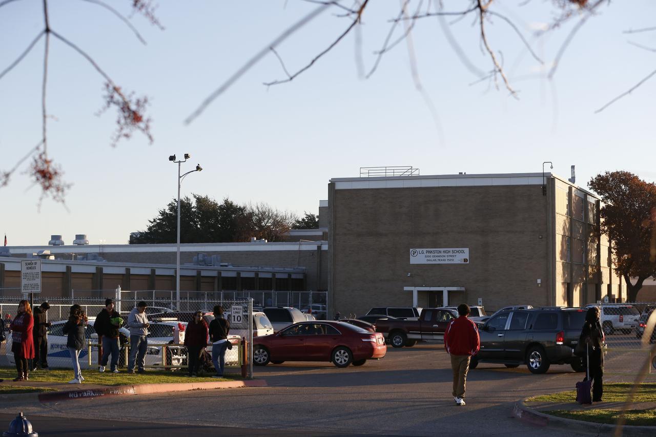 Estudiantes llegan a la preparatoria Pinskton después de que la escuela recibiera una amenaza terrorista y las autoridades determinaron que no era creíble, la mañana del jueves. (DMN/NATHAN HUNSINGER)