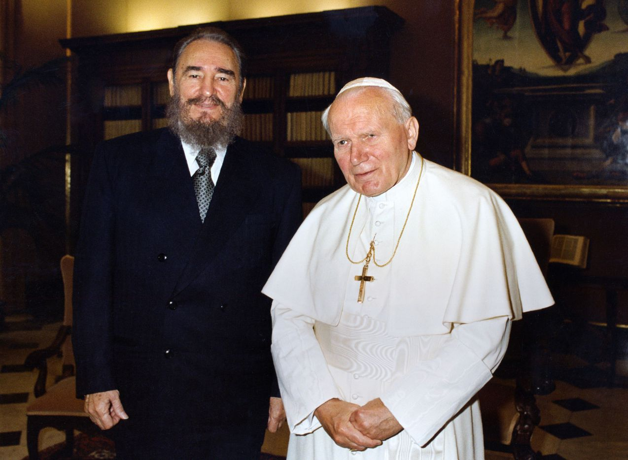 Pope John Paul II and Cuban President Fidel Castro (L) posing for photographers during their historical meeting at the Vatican November 19, 1996.