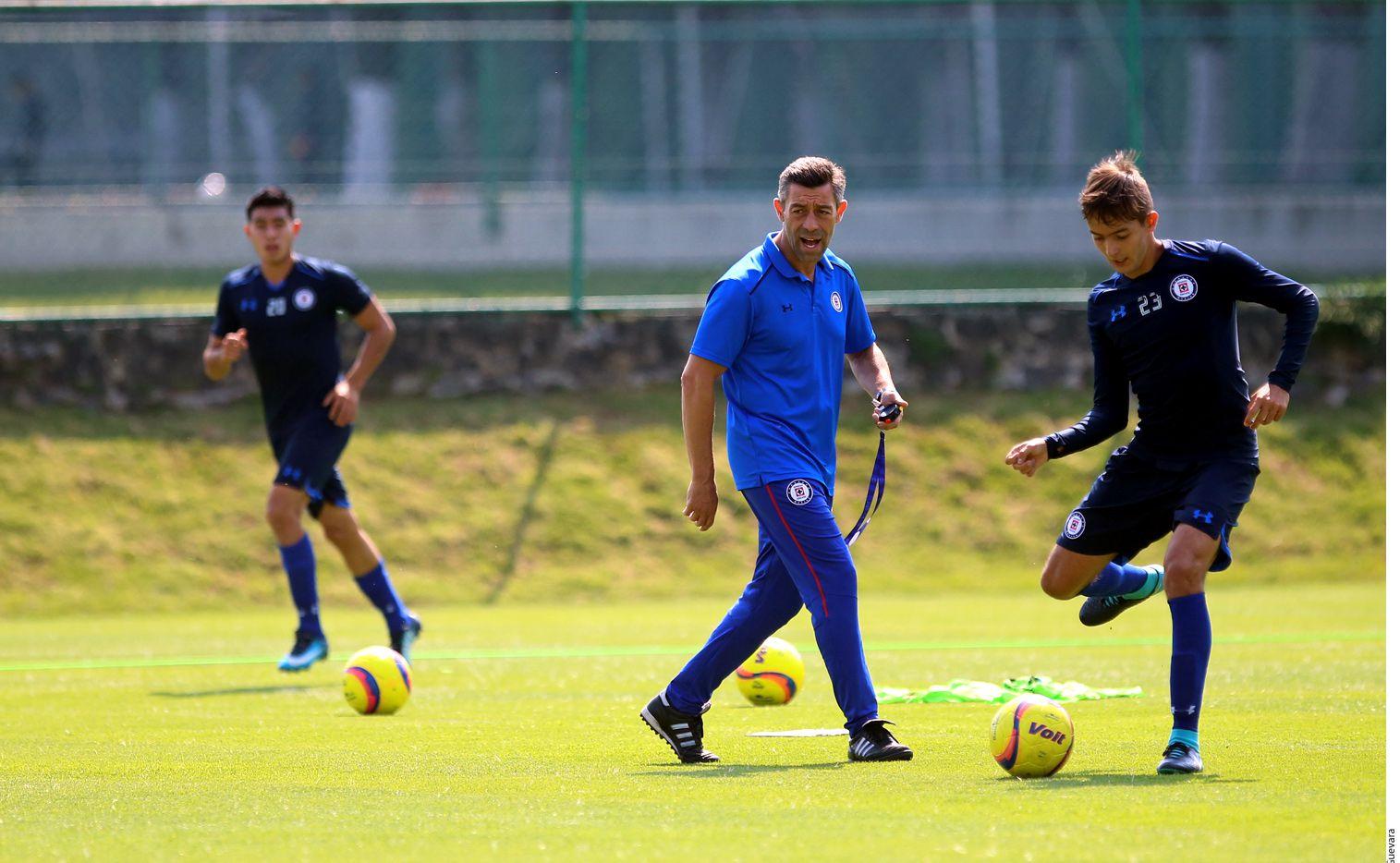 Pedro Caixinha (centro) indicó que Cruz Azul se juega la vida ante Tigres./ AGENCIA REFORMA