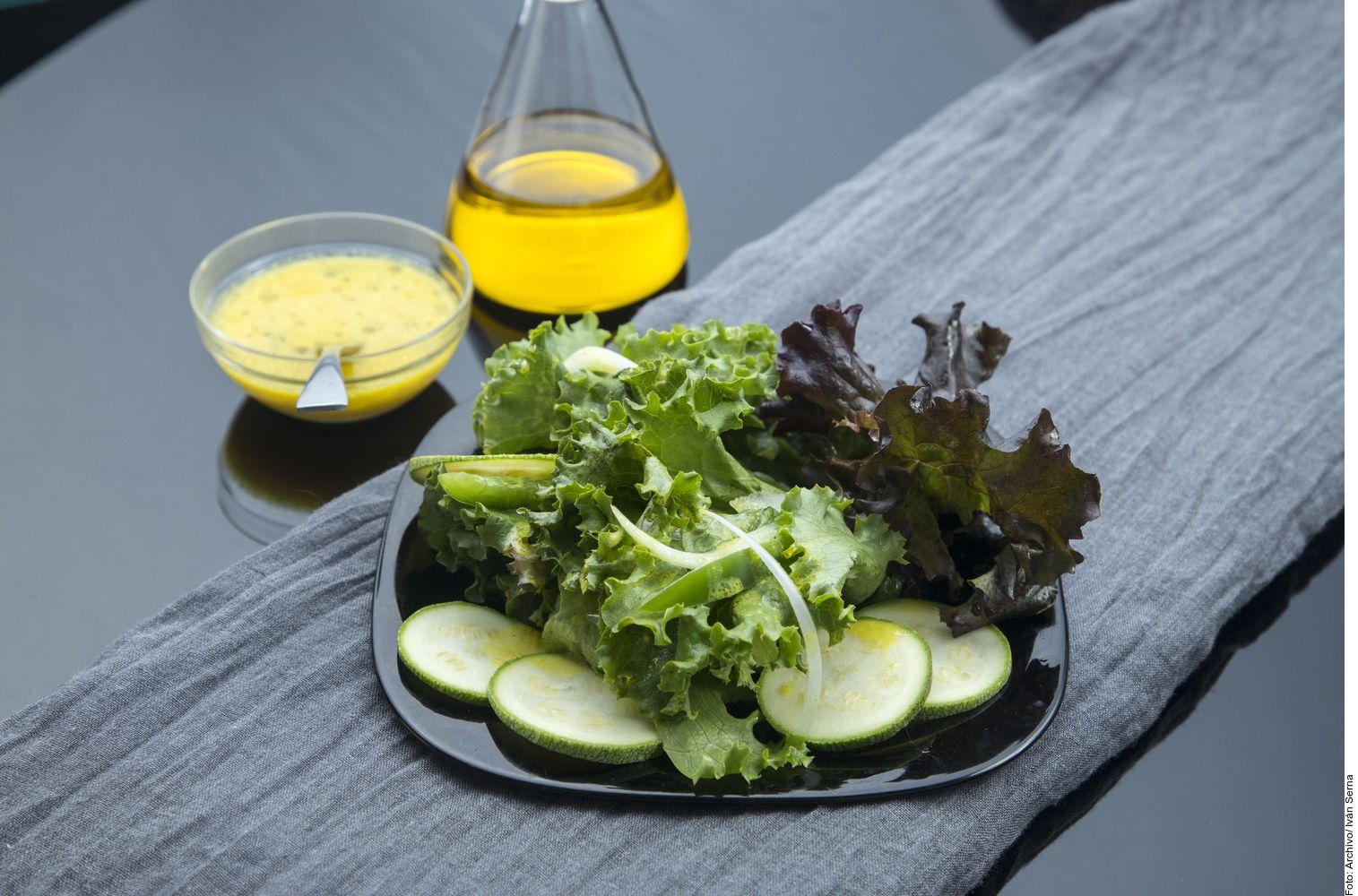 Para hacer una ensalada verde, usted debe lavar, desinfectar y trocear las lechugas. Mezclar con el resto de los ingredientes.
