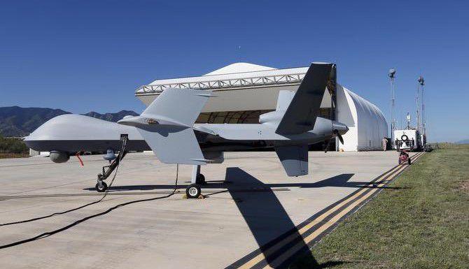 Un dron de la Agencia de Aduanas y Patrulla Fronteriza es preparado para un vuelo de vigilancia en Fort Huachuca, en Sierra Vista, Arizona. (AP/MATT YORK)