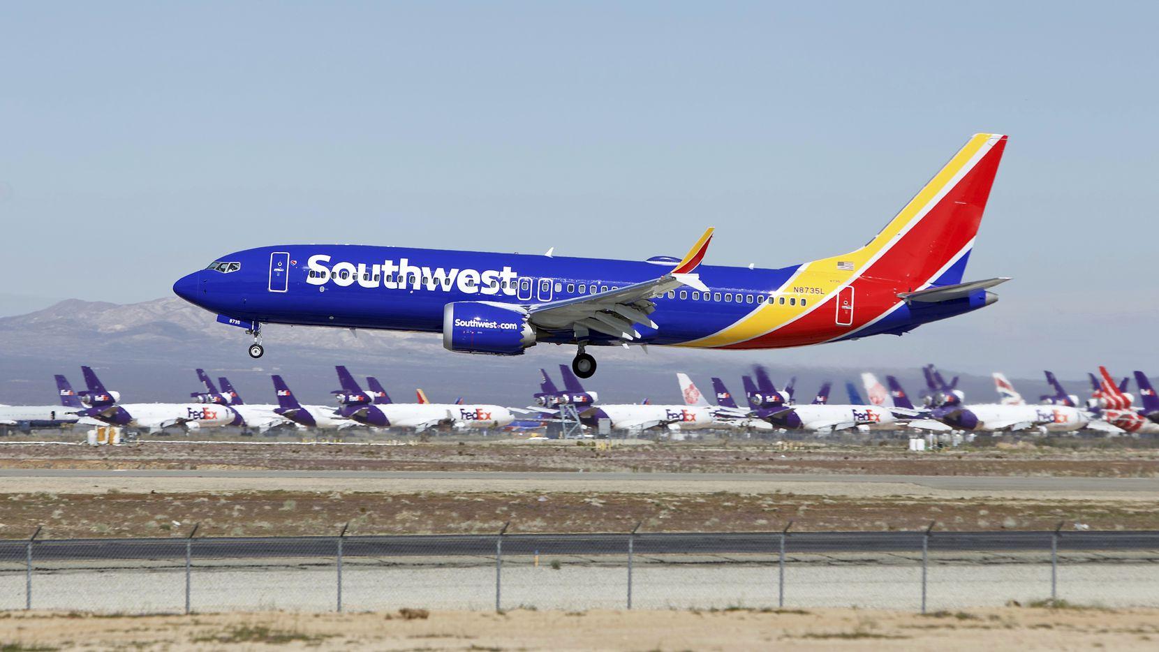 Un avión Boeing 737 Max de Southwest Airlines aterriza en la base Southern California Logistics Airport en Victorville, Calif., donde están resguardados los aviones mientras se determina su viabilidad.