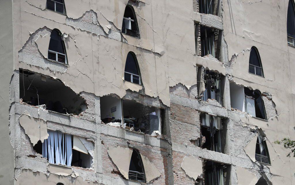 Se reportaron daños en edificios tras el sismo de 7.1 en la Ciudad de México./AP