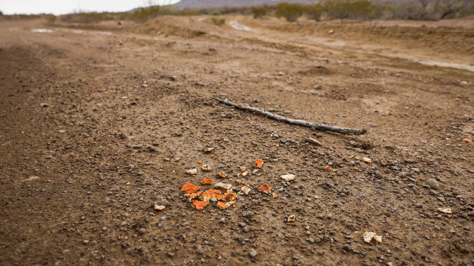 Pedazos de cáscara de naranja permanecen en la tierra de Chispa Road, en el condado Jeff Davis, al oeste de Texas. En ese lugar el sheriff Oscar Carrillo encontró a dos migrantes que se había internado a Estados Unidos a través del desierto. Raúl, de 35 años y su hijo de 15 años Christian, quien murió a consecuencia de agotamiento y el calor.