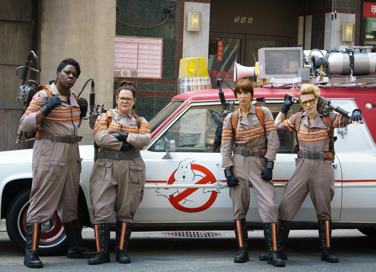 """(De izq. a der.) Leslie Jones, Melissa McCarthy, Kristen Wiig y Kate McKinnon, en una escena de """"Ghostbusters"""" que se estrena este fin de semana. (AP/HOOPER STONE)"""