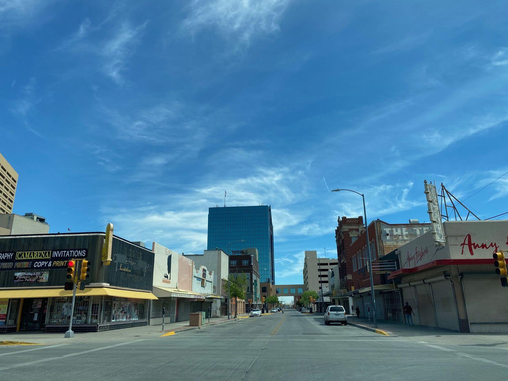 """La calle Overland, en el centro de El Paso, luce desierta luego de la orden de autoridades del condado de 'quedarse en casa""""."""