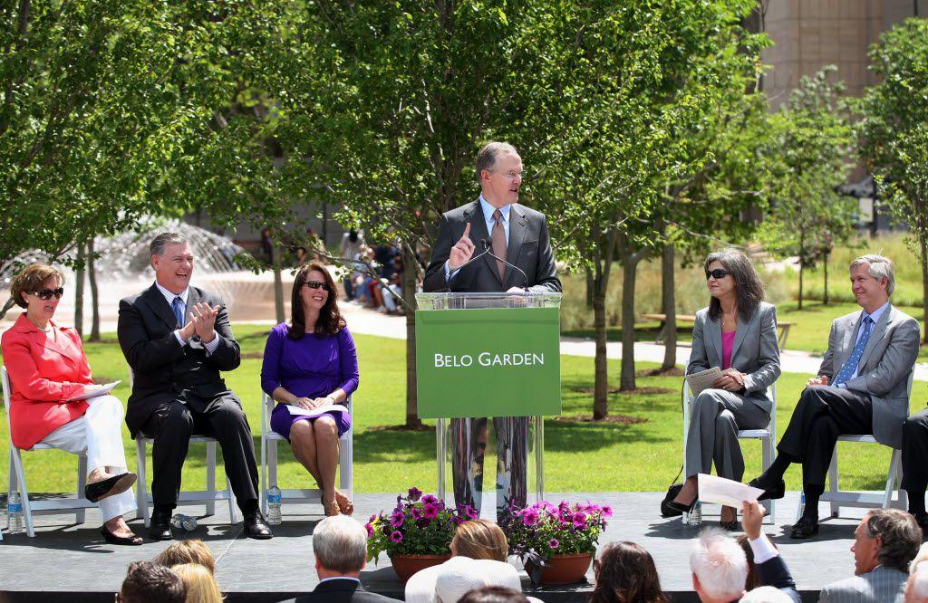 Robert W. Decherd spoke during the dedication ceremony of Belo Garden in downtown Dallas in May 2012. (File Photo/Staff)