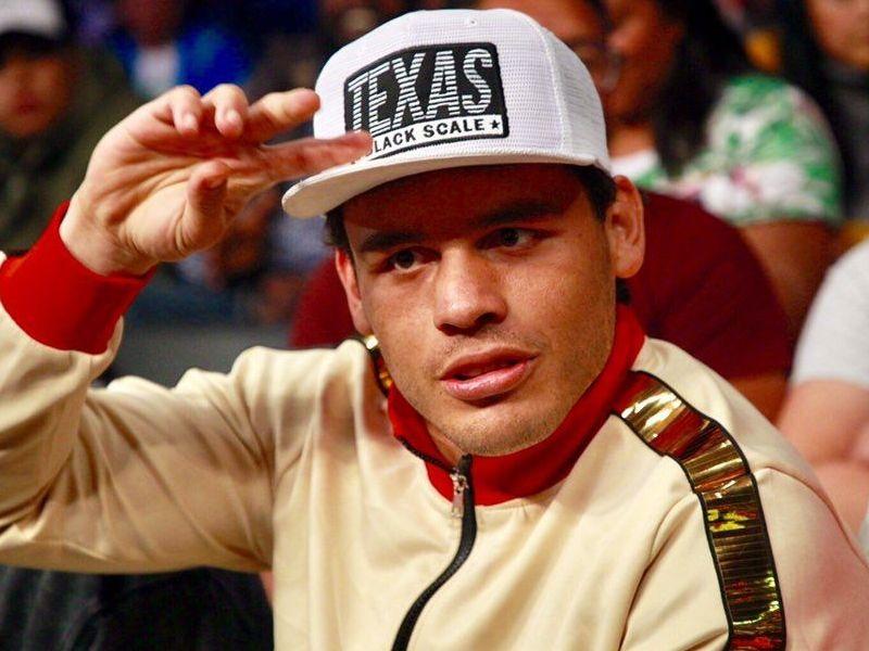 Julio César Chavez Jr. ha cambiado los guantes por la música mientras le llega otra oportunidad en el cuadrilátero.