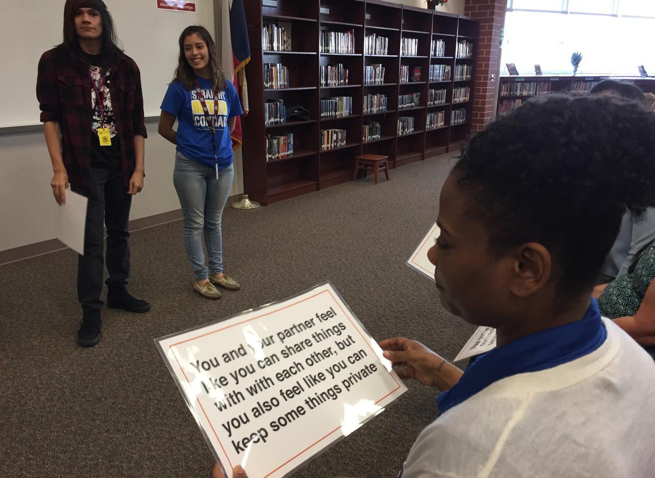 Shundra Jones, secretaria en la preparatoria Conrad, lee un mensaje que describe una relación de pareja durante un ejercicio de la campaña LoveIsRespect, dirigido por estudiantes. ANA AZPURUA/AL DIA