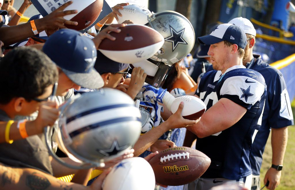 Dallas Cowboys outside linebacker Sean Lee (50) signs autographs for fans following afternoon practice at training camp in Oxnard, California, Thursday, August 4, 2016. (Tom Fox/The Dallas Morning News)
