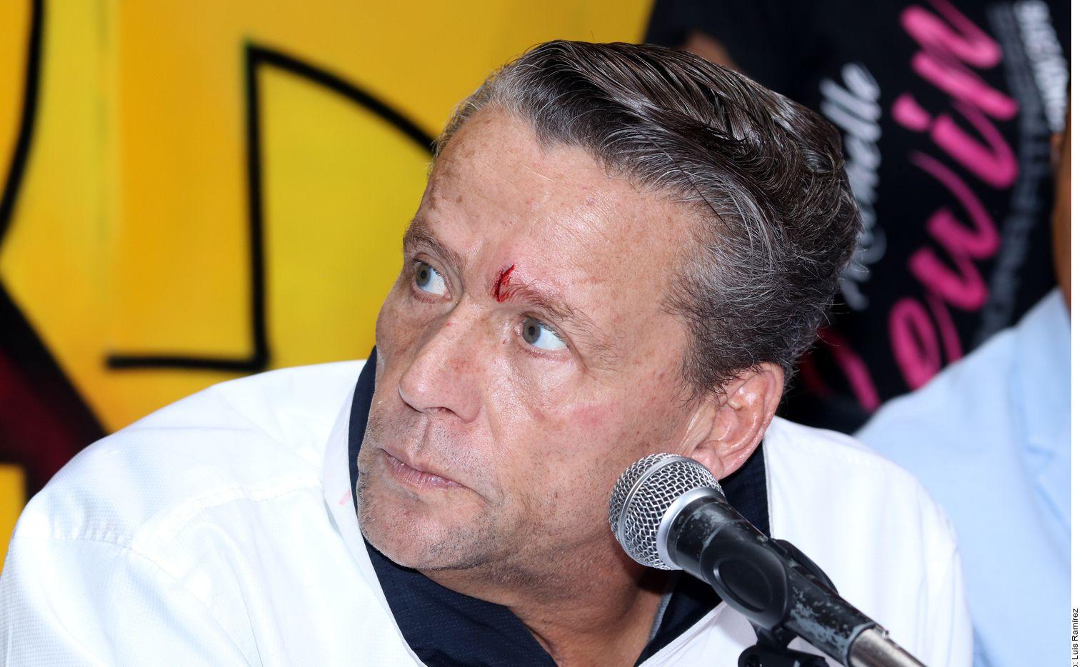 Durante la conferencia, Adame fue golpeado con una botella por Trejo.
