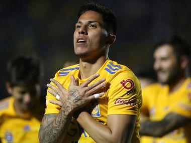 El defensa de Tigres, Carlos Salcedo, se comportó de mala manera con un integrante del Alianza del El Salvador.