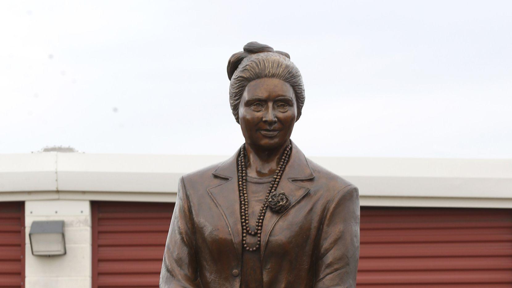 La estatua de Adelfa Callejo debía ubicarse en Love Field, pero un comité del concejo aprobó ubicarla en Main Street Park. Callejo fue una destacada abogada y activista latina.