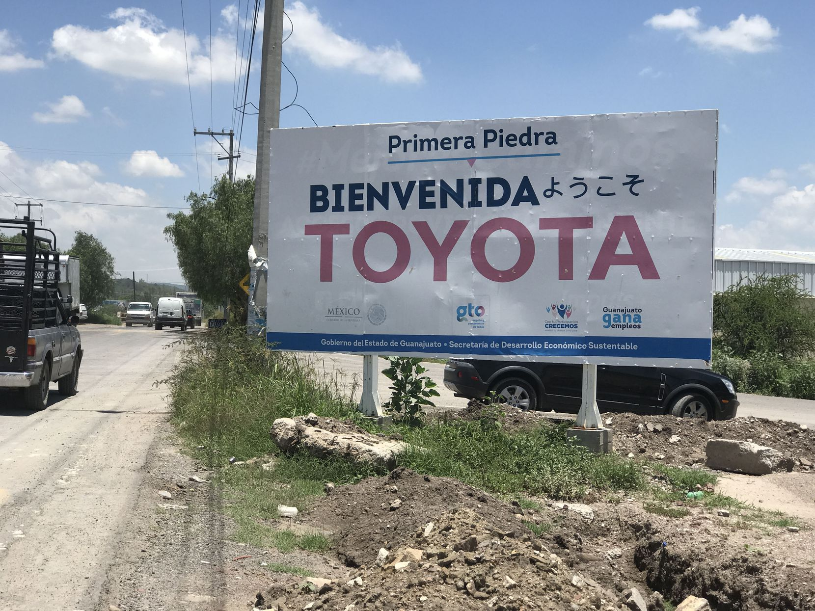 """On the road to Obrajuelo, a sign reads """"Welcome Toyota"""" in Spanish and Japanese."""