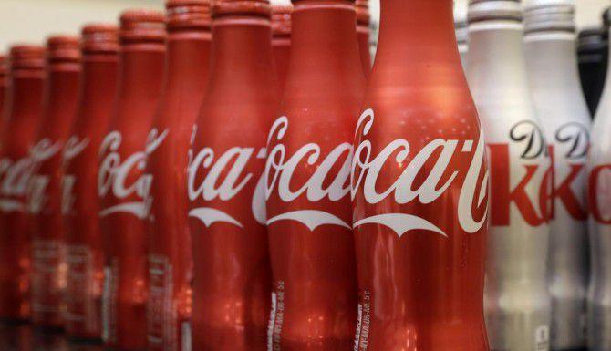 La empresa trabaja con expertos de salud y nutrición para que digan que Coca Cola es una merienda saludable. (AP/Wilfredo Lee)