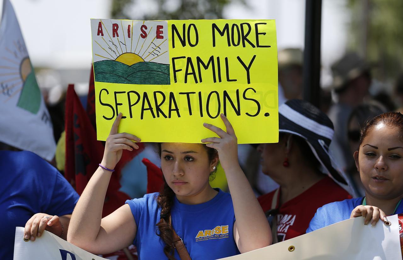 Manifestantes piden el alto a la deportación de familias frente al centro de detención de Dilley, Texas, cerca de San Antonio. (San Antonio Express-News/Kin Man Hui)