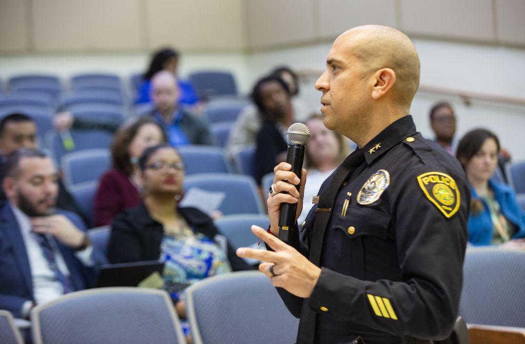Jason Rodríguez, subjefe de policía del DISD, se dirige a personal del distrito que  recibió entrenamiento para evitar situaciones de tiroteos escolares.