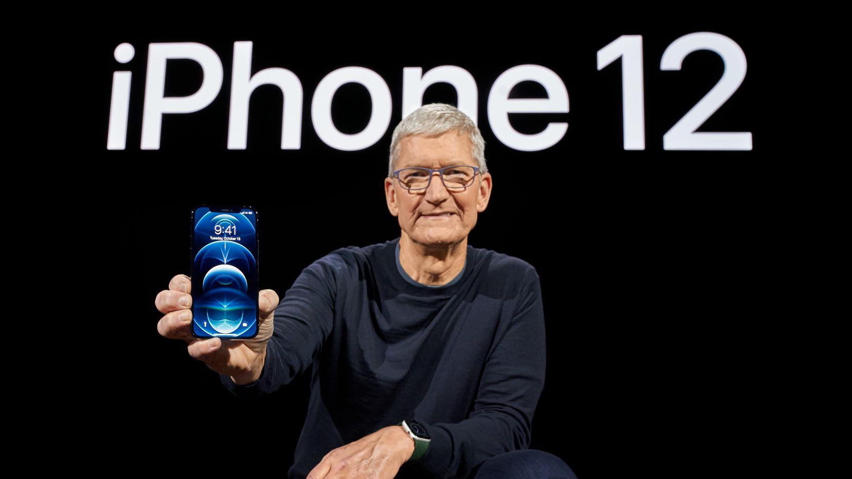 Tim Cook muestra el nuevo iPhone 12 que se ofrece sin costo a los clientes de AT&T.
